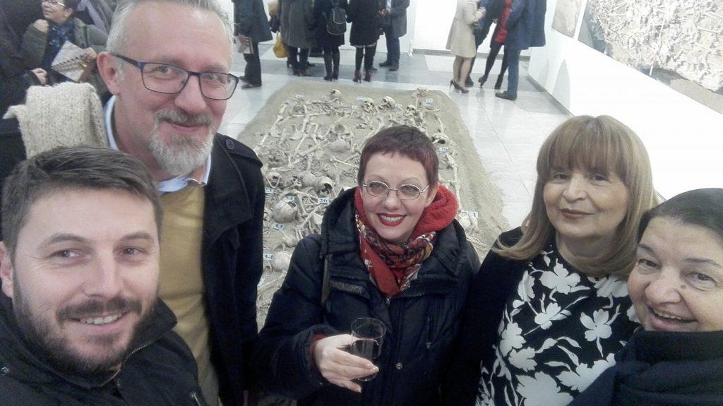 Со колешката Ленче Јованова, долгогодишен истражувач на Скупи и колегите кои работеа на некорополата. Фото: Ивица Стојмановски