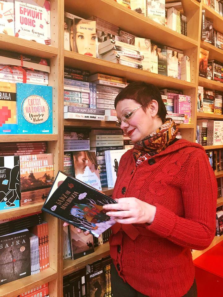 """Со книгата """"Бајки од Македонија"""", издание на Ars Lamina Фотографија Ана Зафирова"""